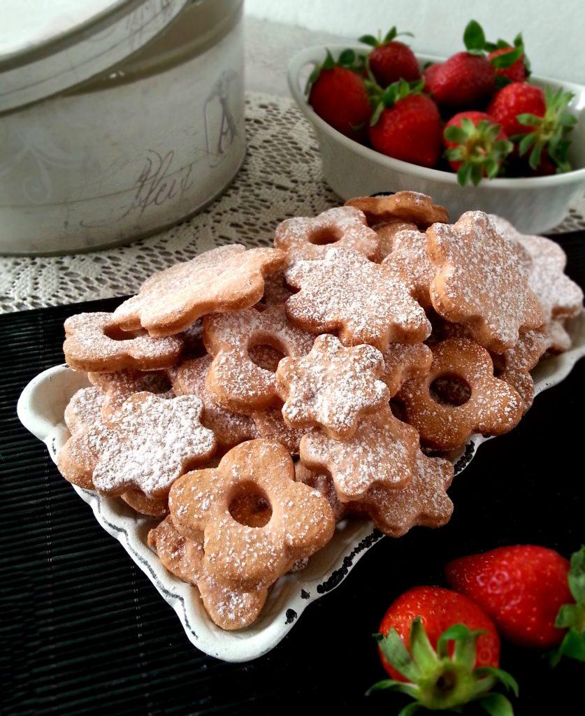 Biscotti in rosa alla frolla di fragole ricetta facile