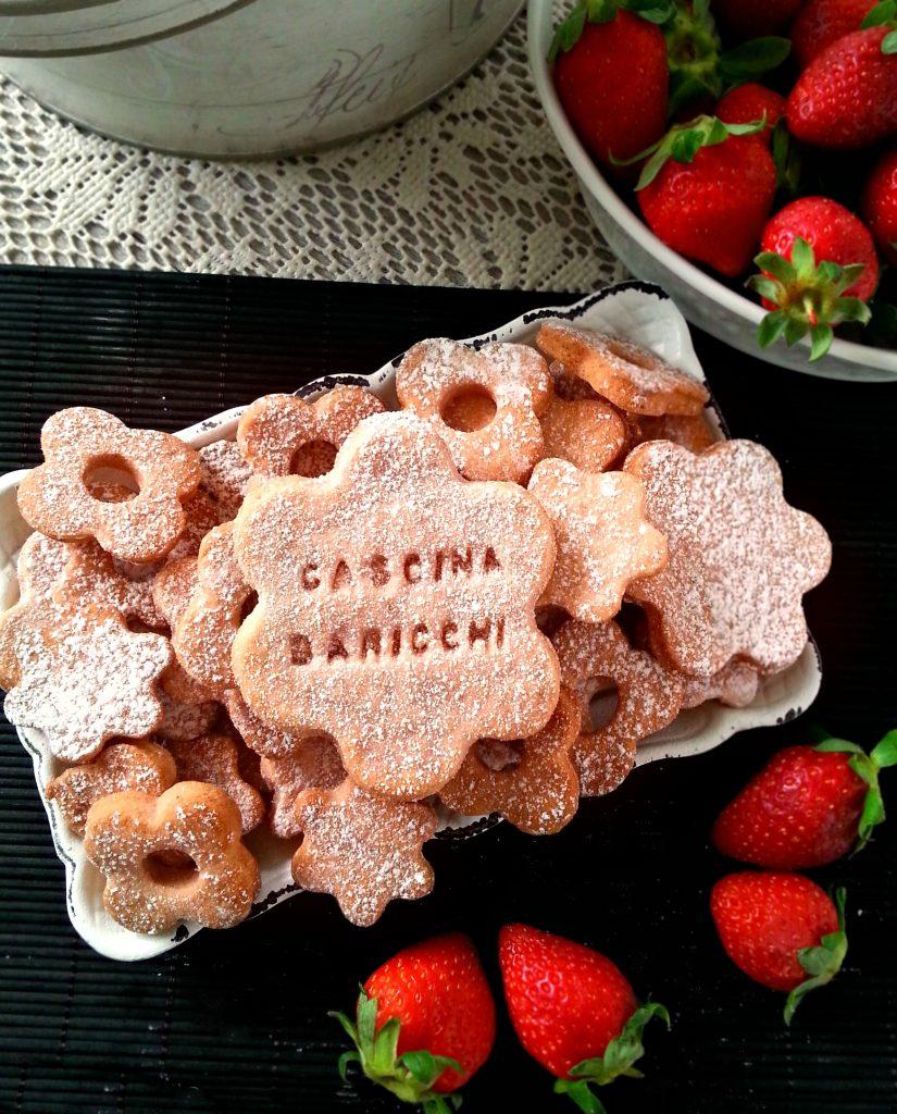Biscotti in rosa alla frolla di fragole ricetta veloce