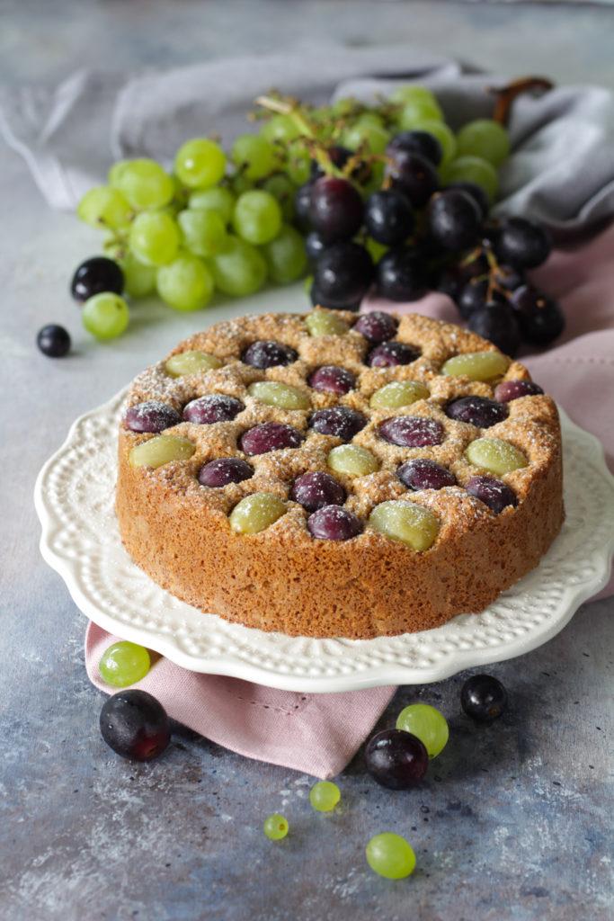 Torta di pangrattato con muesli e uva pronta da gustare