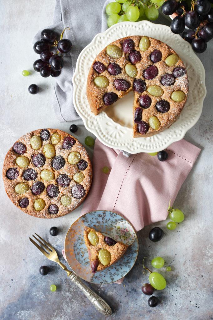 Torta di pangrattato con muesli e uva golosa sana