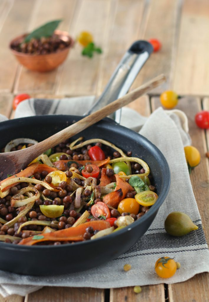 Roveja in insalata con verdure colorate vegan