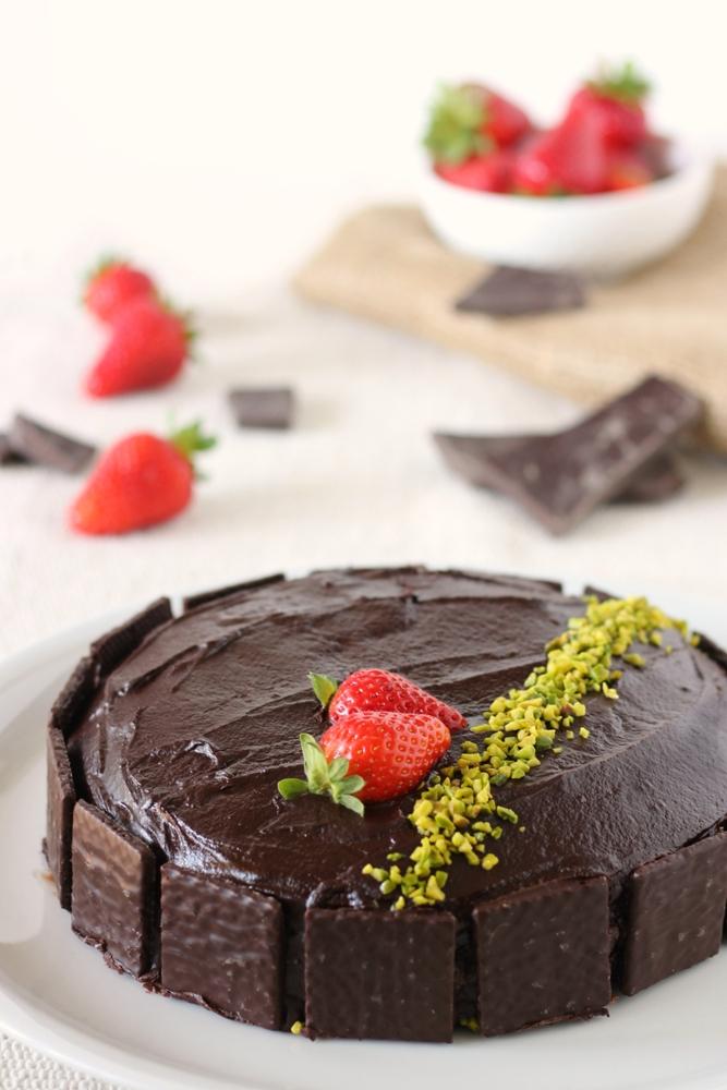 Torta vegana al cioccolato fondente ripiena facile