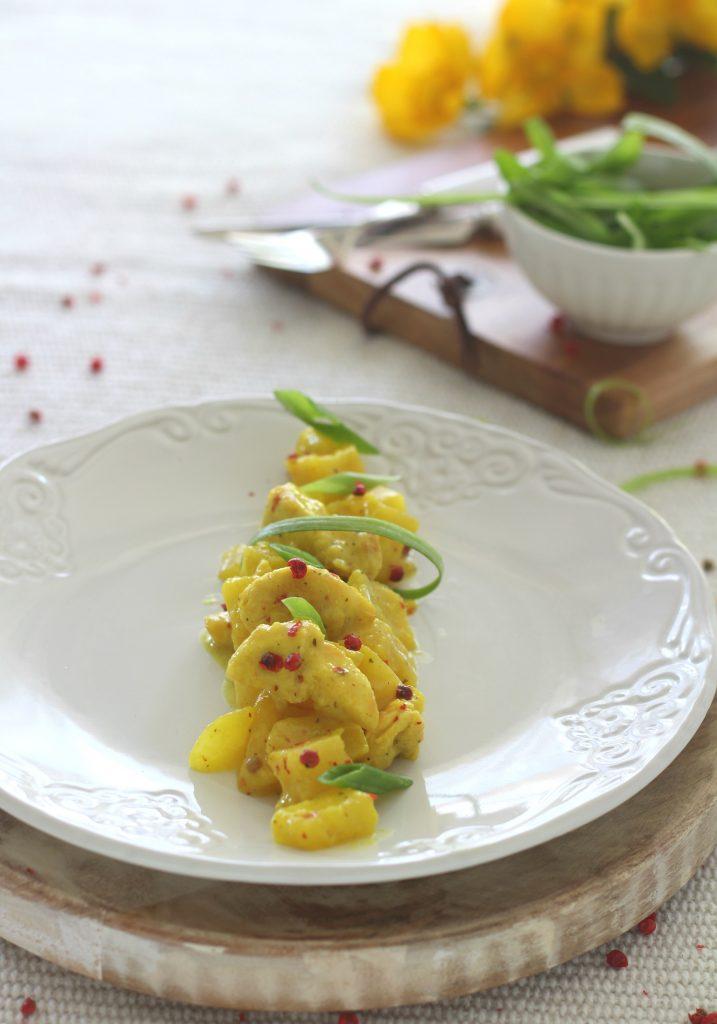Spezzatino di pollo al curry con mele e ananas veloce