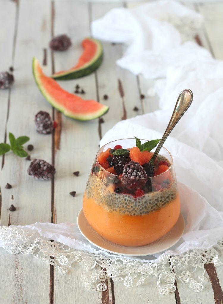 Chia pudding con anguria frullata e cocco vegan
