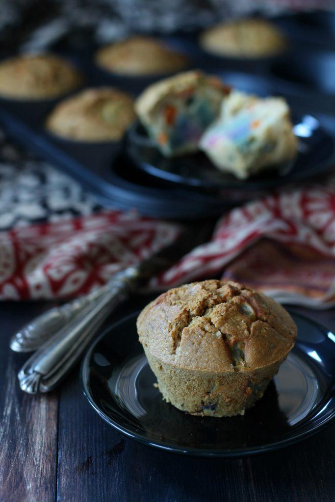 Muffin veg alla farina di ceci e verdure colorate verticale