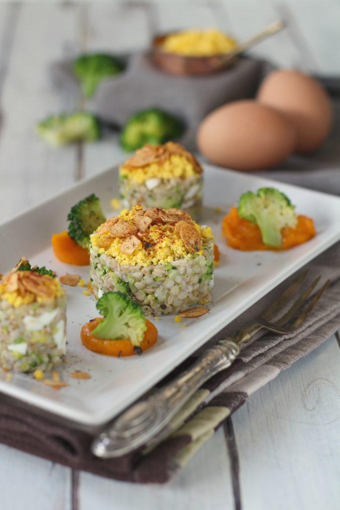 Uovo saraceno ai broccoli con zucca cremosa e grano saraceno