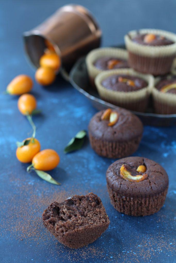 Muffin aquafaba kumquat e cacao amaro impasto