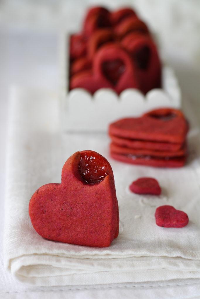 Frollini barbabietola e fragole per san Valentino
