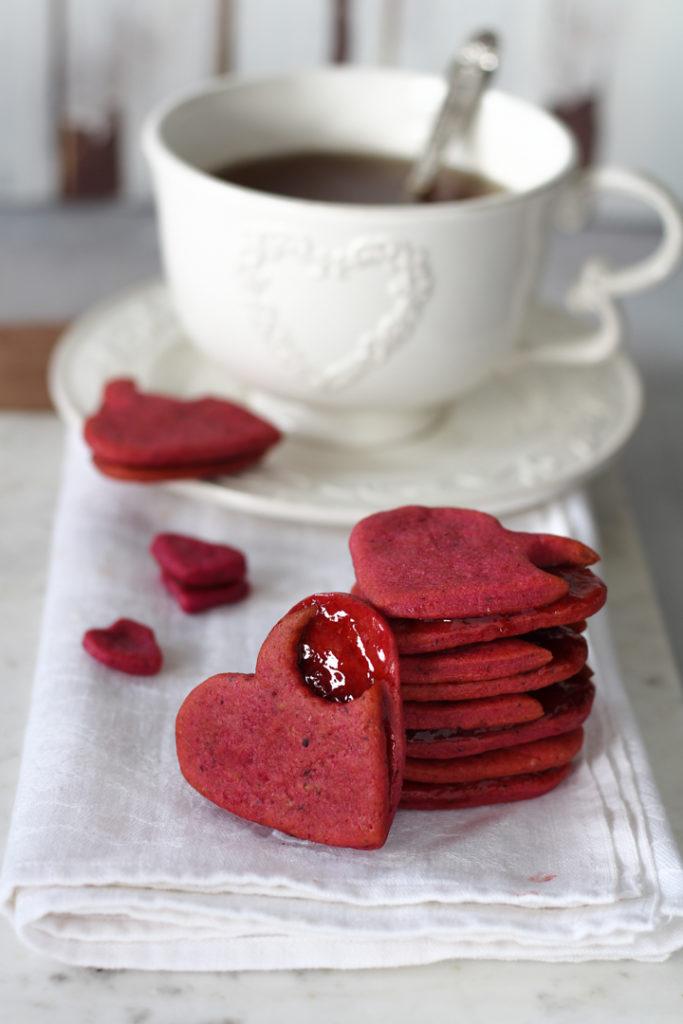 Frollini barbabietola e fragole ricetta San Valentino