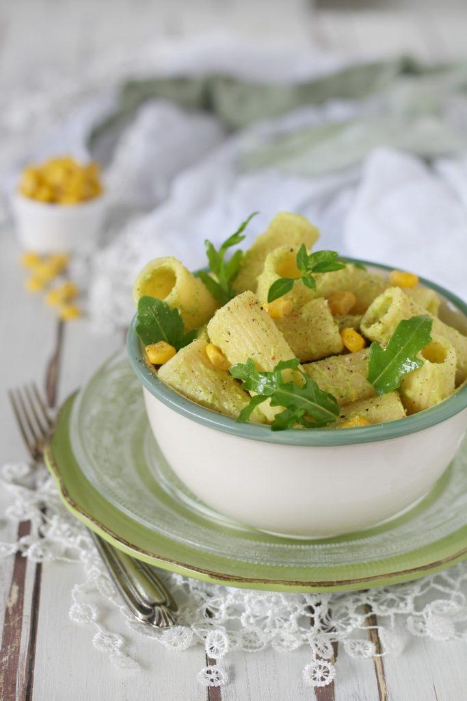 Pasta fredda con pesto di avocado zucchine e mais RIGATONI
