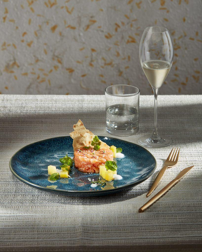 piatto con tartare di salmone e ananas pronto in tavola