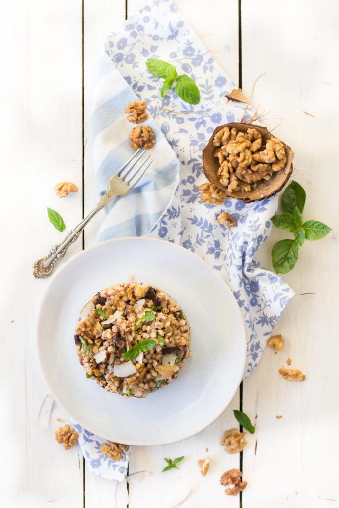 l'insalata vegana di sorgo melanzane cocco e noci