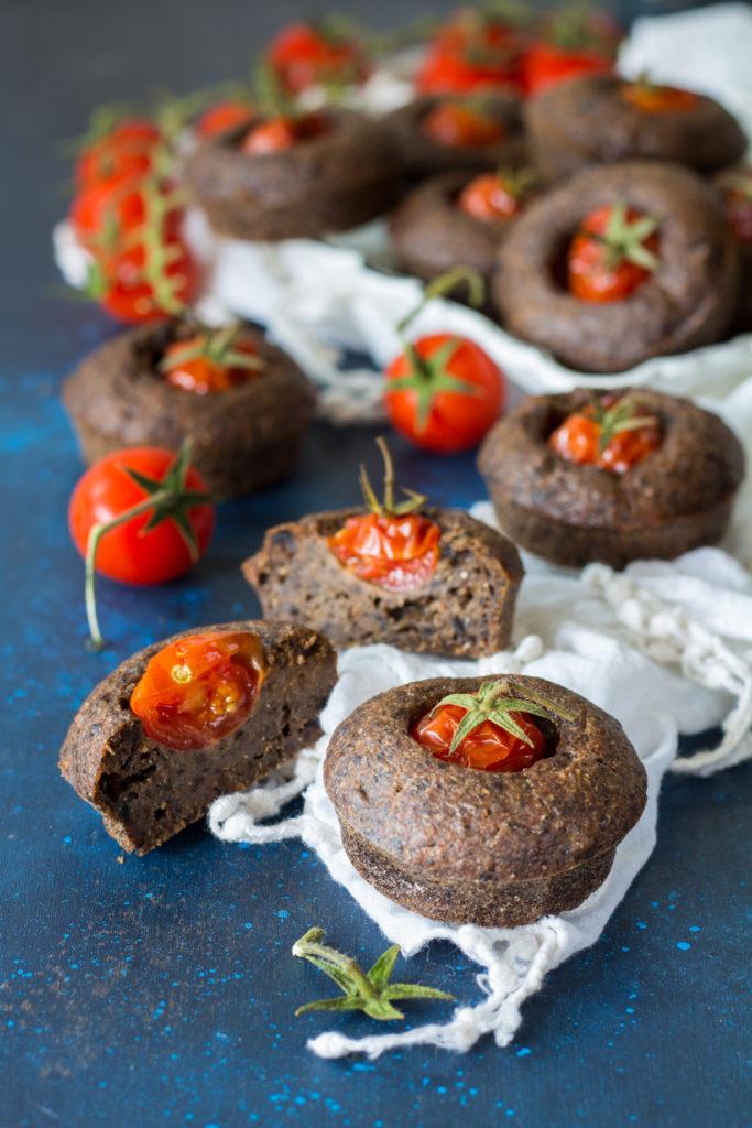 Muffin vegani olive nere e pomodorini