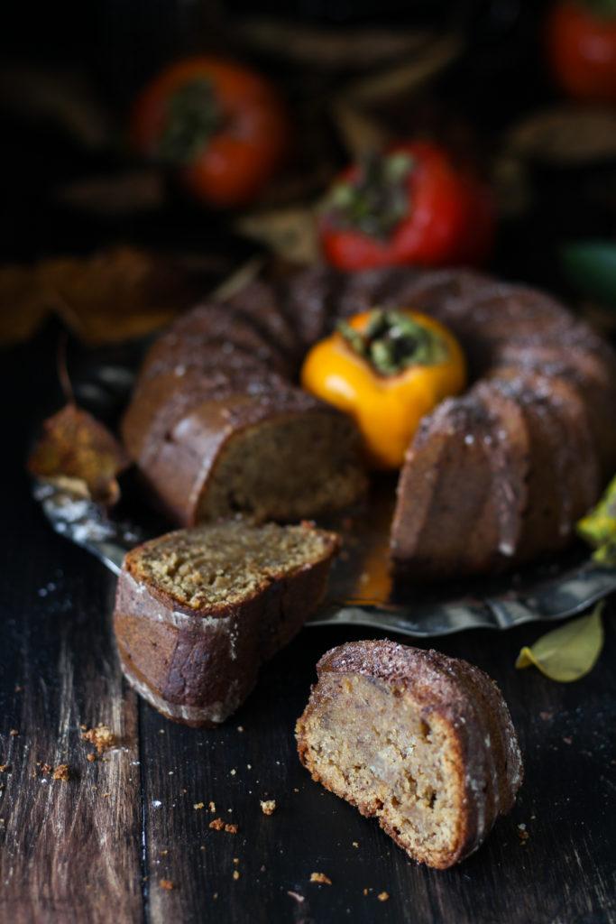 Ciambella vegana ai cachi frullati fetta tagliata pronta da gustare