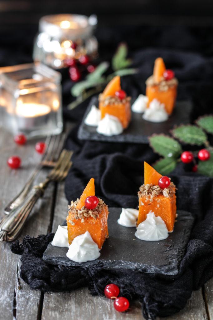 Finger food di Natale zucca e skyr su vassoio da portare in tavola