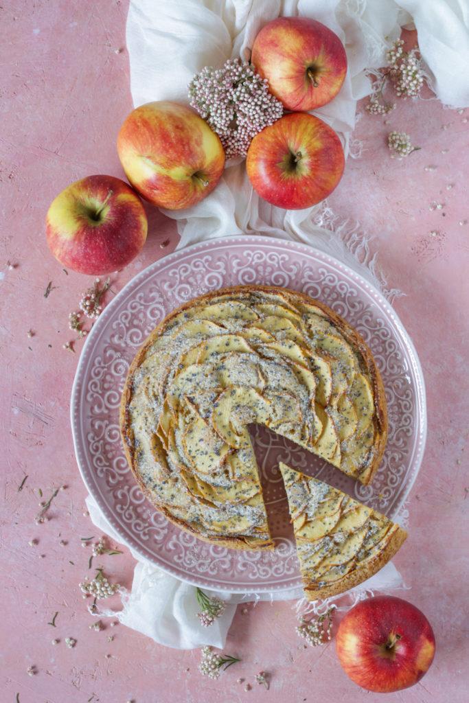 Torta vegana di mele fetta pronta da gustare