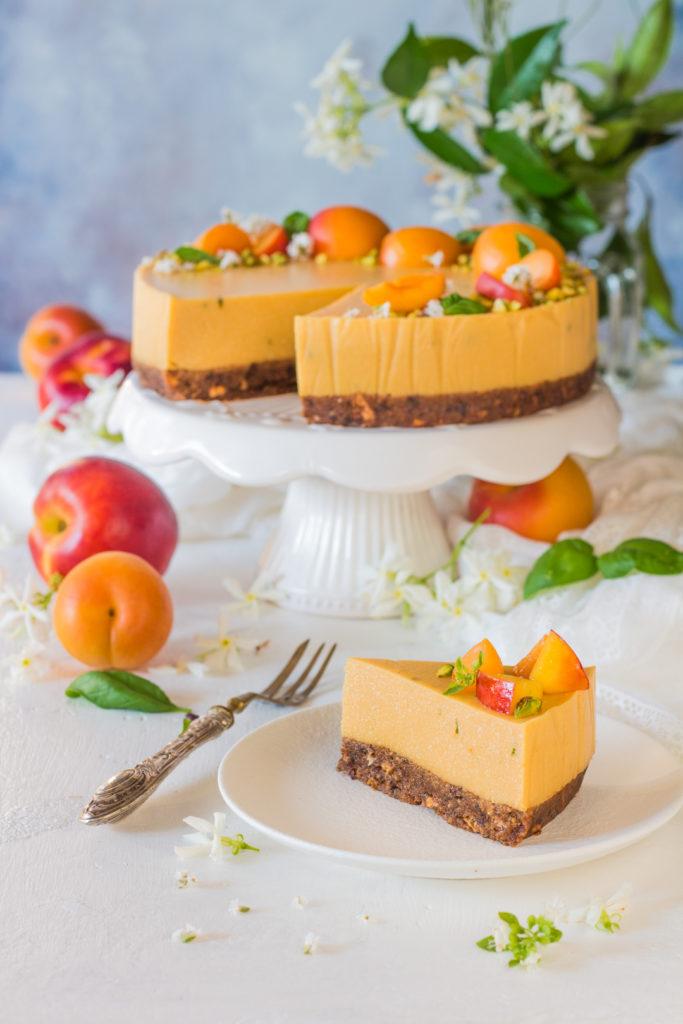 Cheesecake vegan senza cottura al succo di frutta fetta tagliata e pronta da gustare