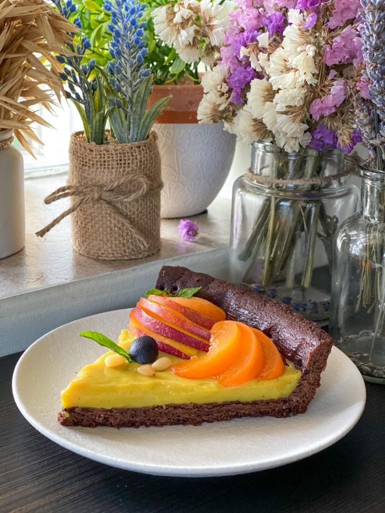 Crostata vegan con frolla al cacao fetta tagliata e pronta da gustare
