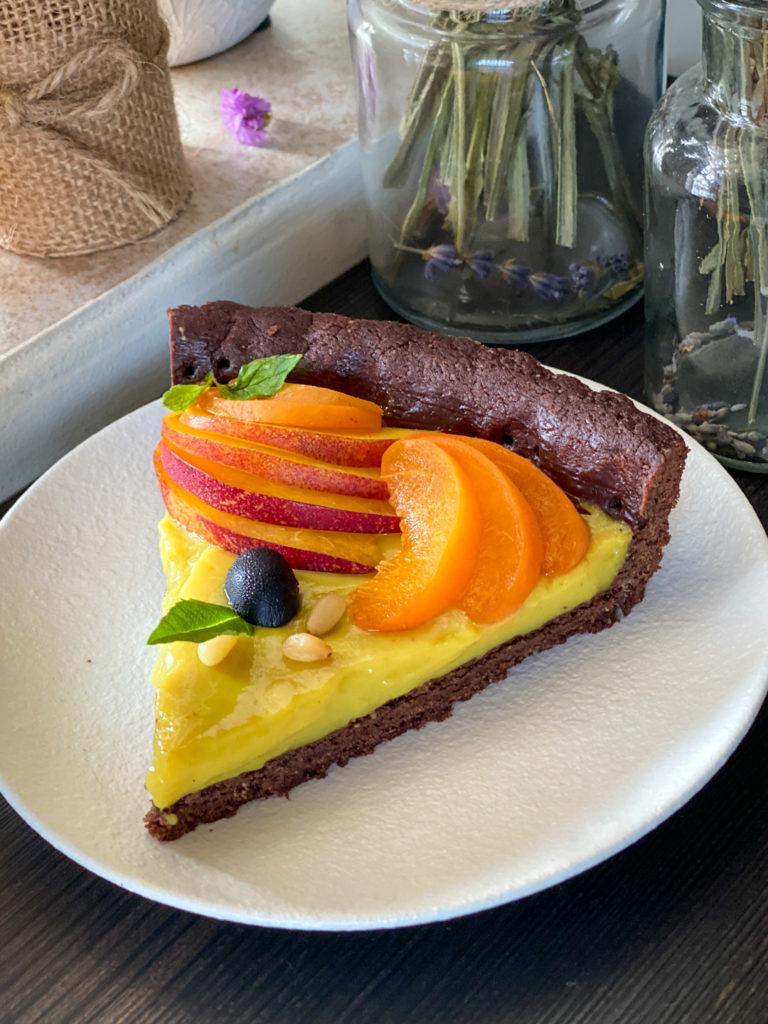 Crostata vegan con frolla al cacao fetta tagliata sane a gustosa