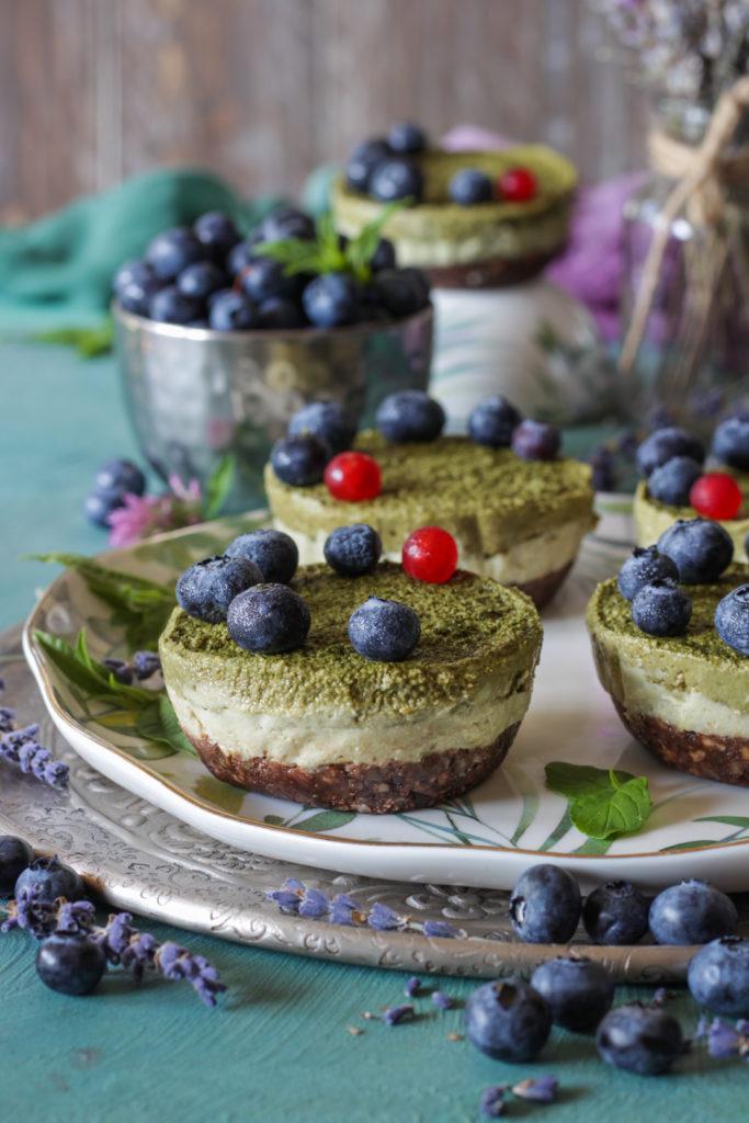 Tortine vegan senza cottura con avocado e anacardi