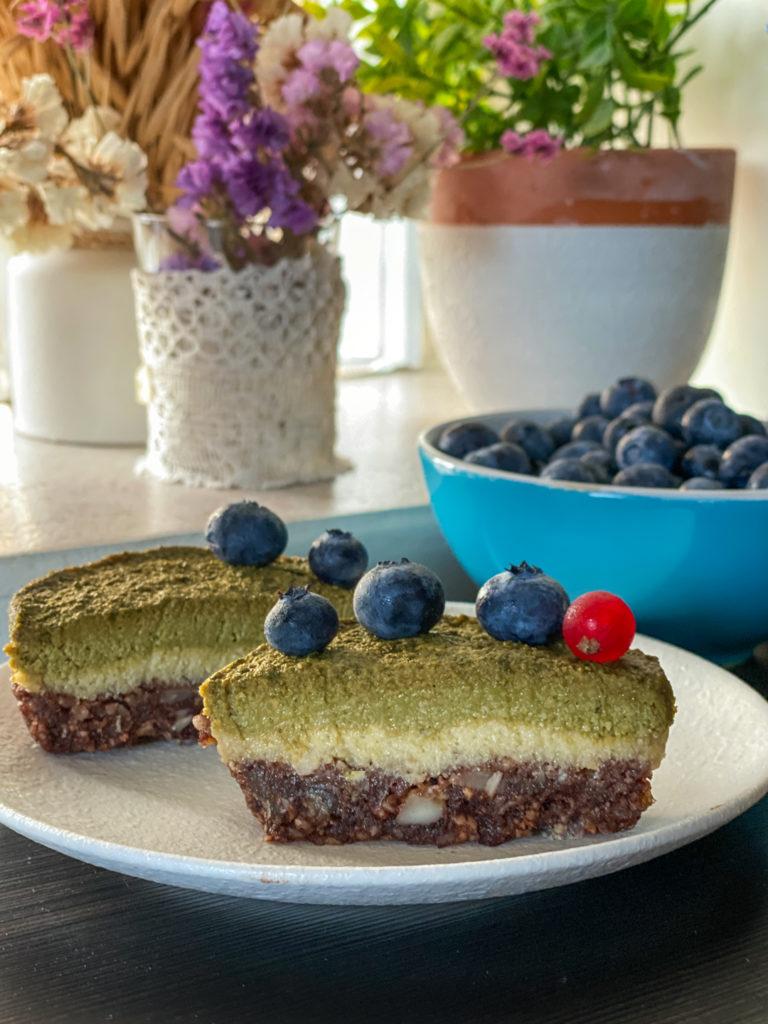 Tortine vegan senza cottura con avocado crema fetta tagliata