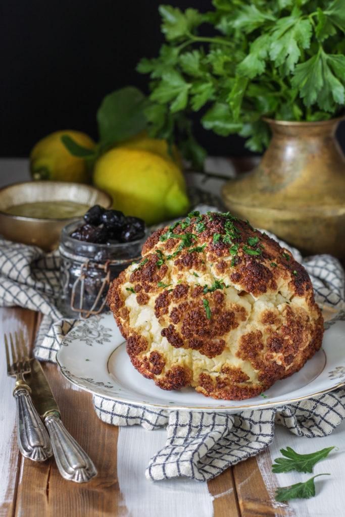 Fiore di cavolfiore al forno con salsa al limone ricetta vegan