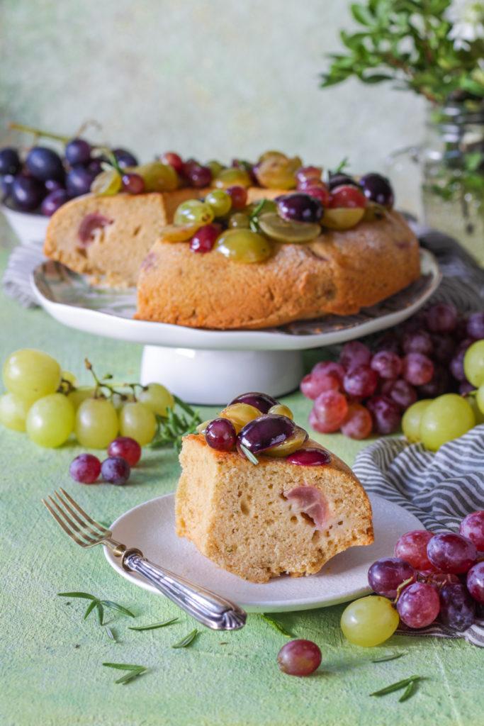 Ciambella vegan all'uva fetta tagliata e pronta da gustare