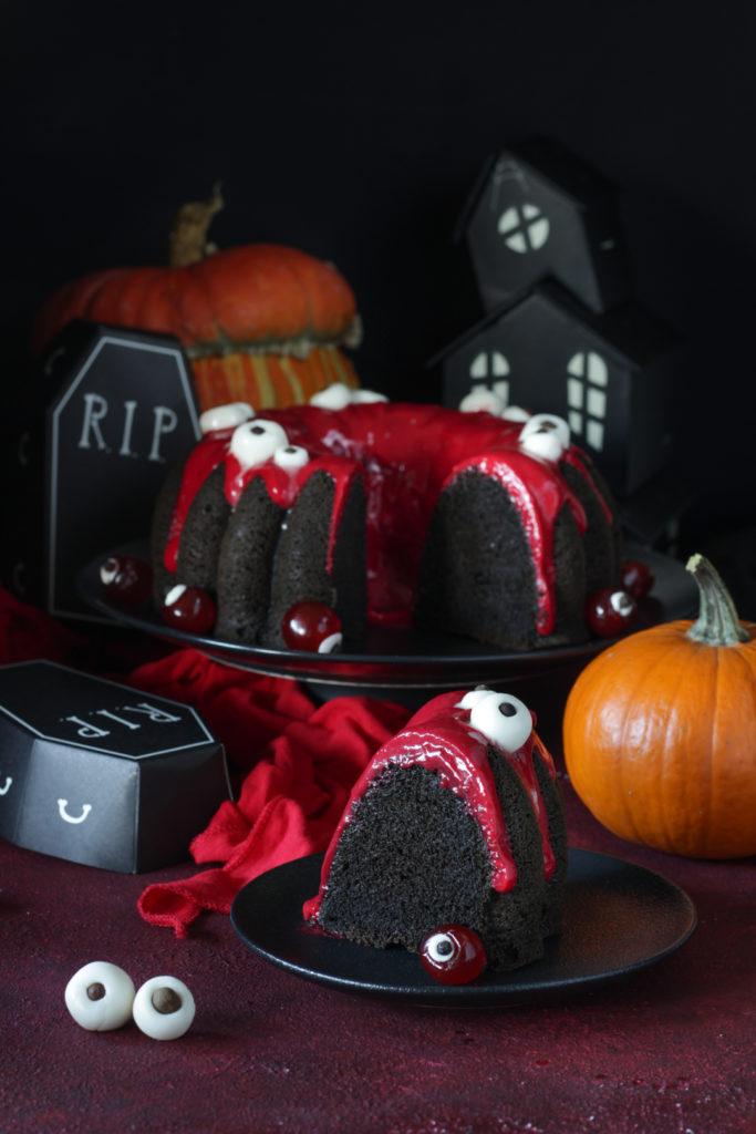 Torta di Halloween con albumi e ribes rosso fetta tagliata e pronta da gustare
