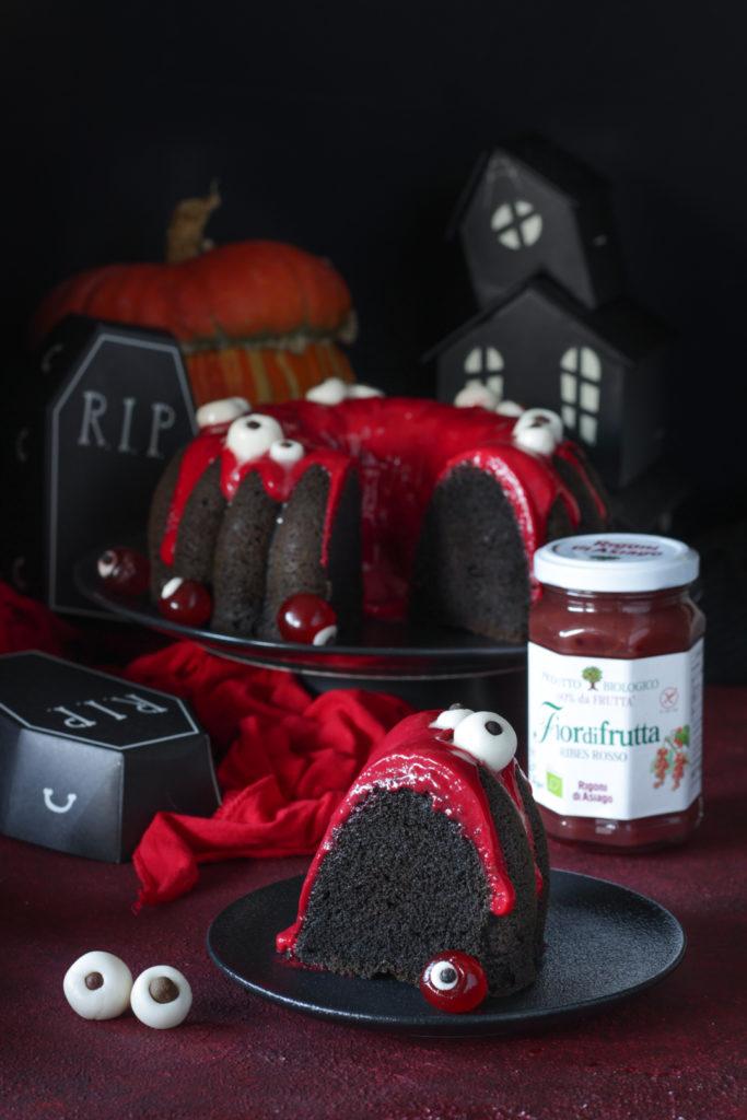 ciambella di Halloween con albumi e ribes rosso fetta tagliata e pronta da gustare Rigoni di Asiago