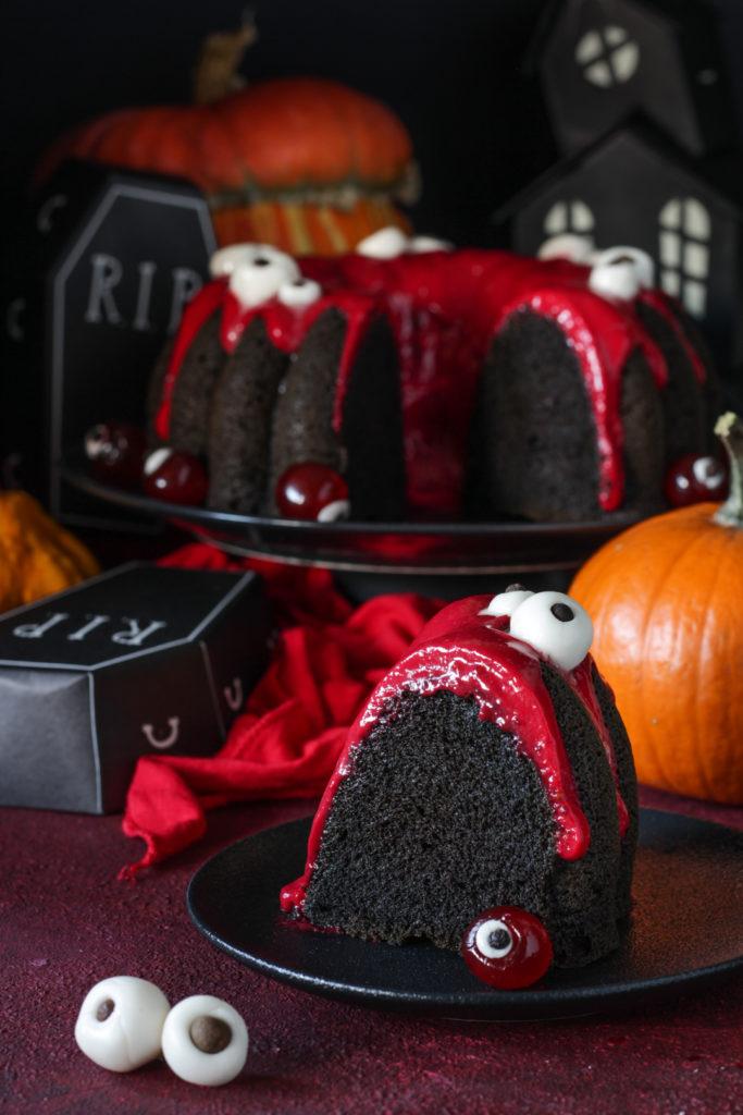 ciambella di Halloween con albumi e ribes rosso fetta tagliata e pronta da gustare
