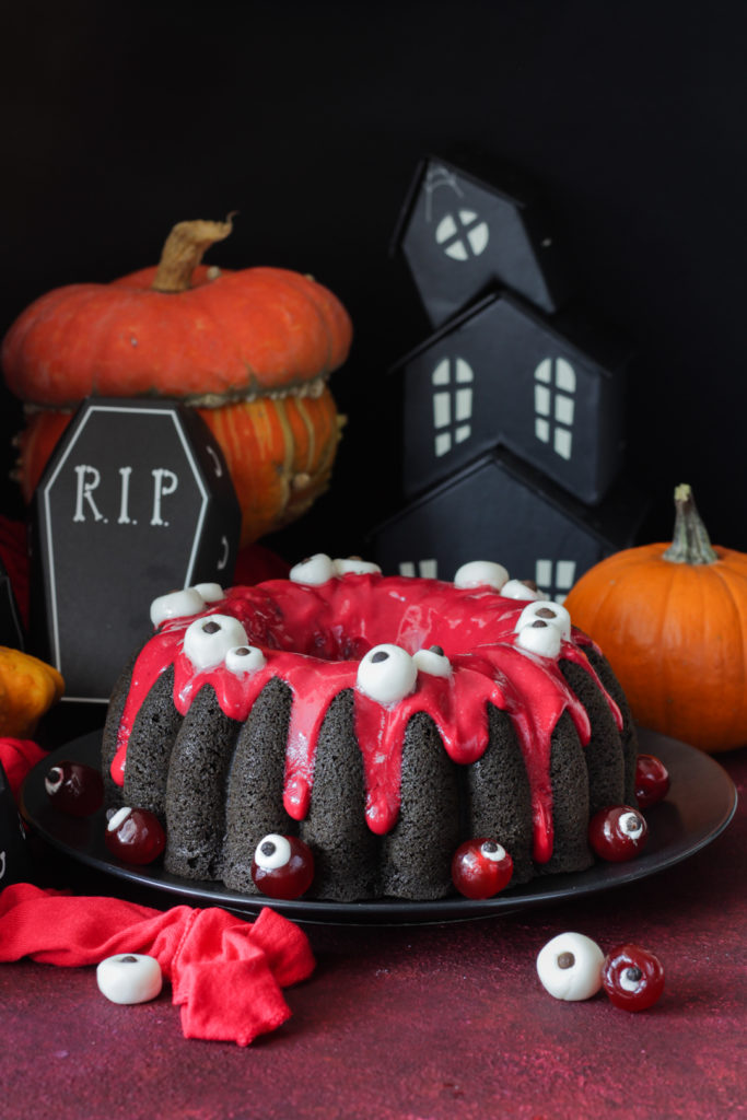 Torta di Halloween con albumi e ribes rosso tim burton