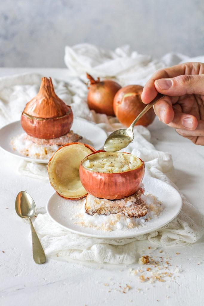 Cipolla fondente ripiena su letto di sale pronta da gustare