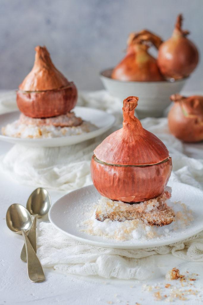 Cipolla fondente ripiena su letto di sale ricetta vegana