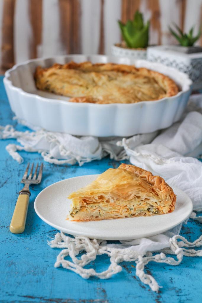 Torta salata di pasta fillo fetta tagliata e pronta da gustare