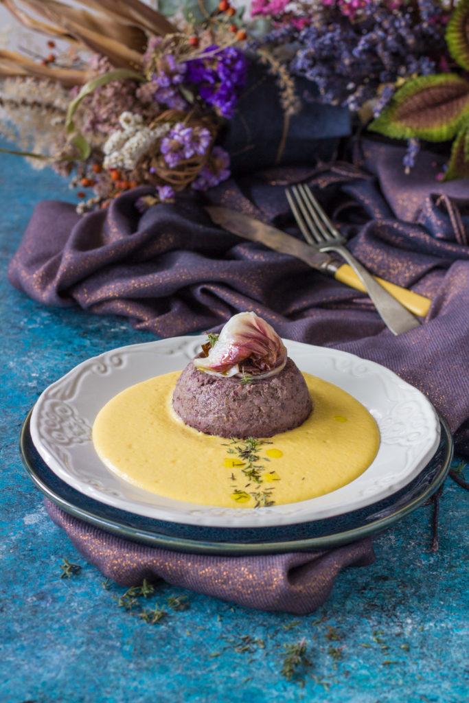 Flan di azuki e radicchio su crema di mais piccante vegetariana
