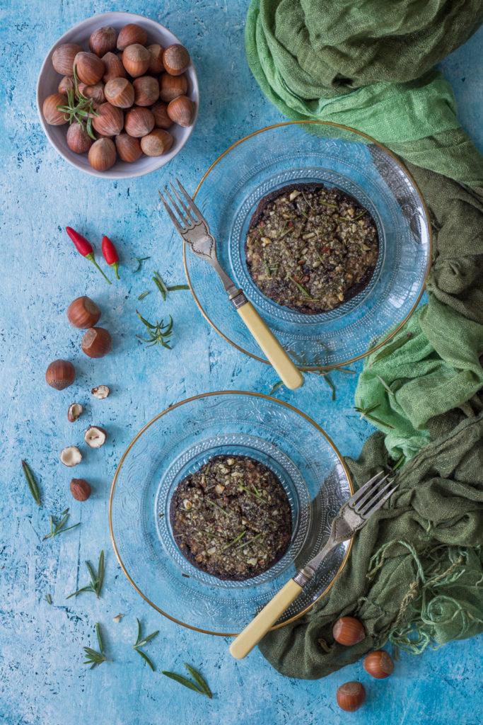 Funghi ripieni al forno con yogurt olive e nocciole ricetta vegetariana