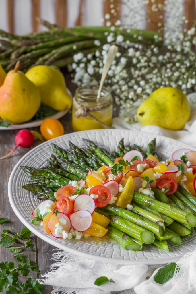 Insalata di asparagi e feta con vinaigrette aromatica ricetta vegetariana