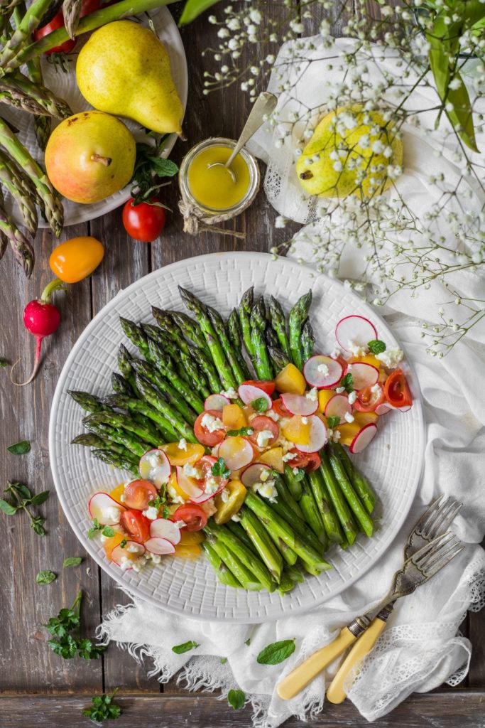 Insalata di asparagi e feta con vinaigrette aromatica