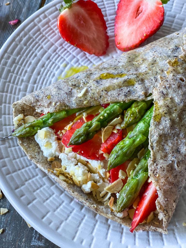 Crepes salate al grano saraceno con asparagi e fragole light