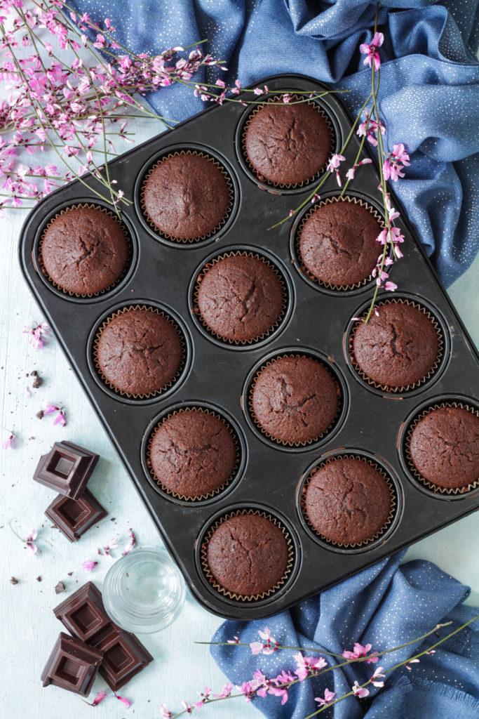 Muffin acqua e cioccolato fondente senza uova e lattosio ricetta vegana