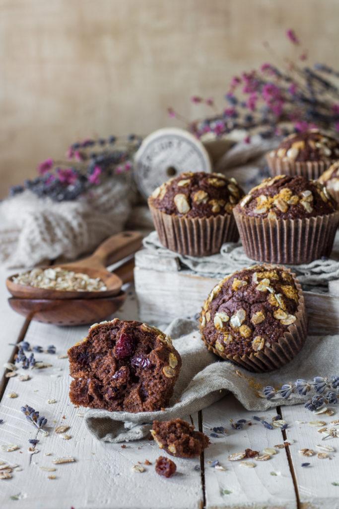 Muffin vegan con farro e fiocchi di avena con frutta disidratata