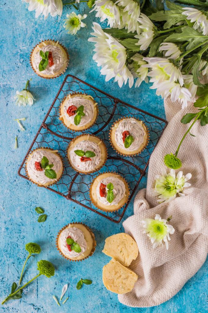 Muffin salati alla creme fraiche con erbe aromatiche gustosi e facili