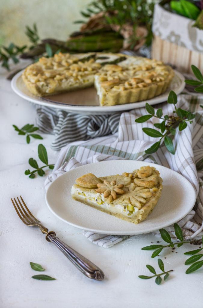 Torta salata asparagi caciotta e crème fraiche fetta tagliata e pronta da gustare