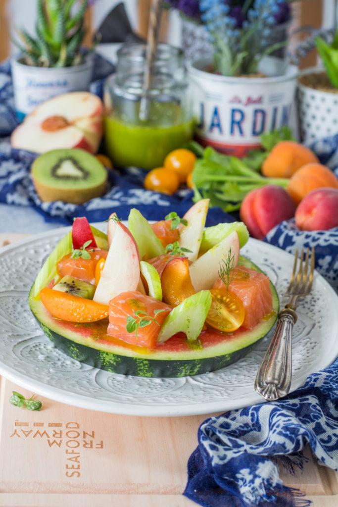 Salmone norvegese marinato con macedonia di frutta e verdura antipasto estivo