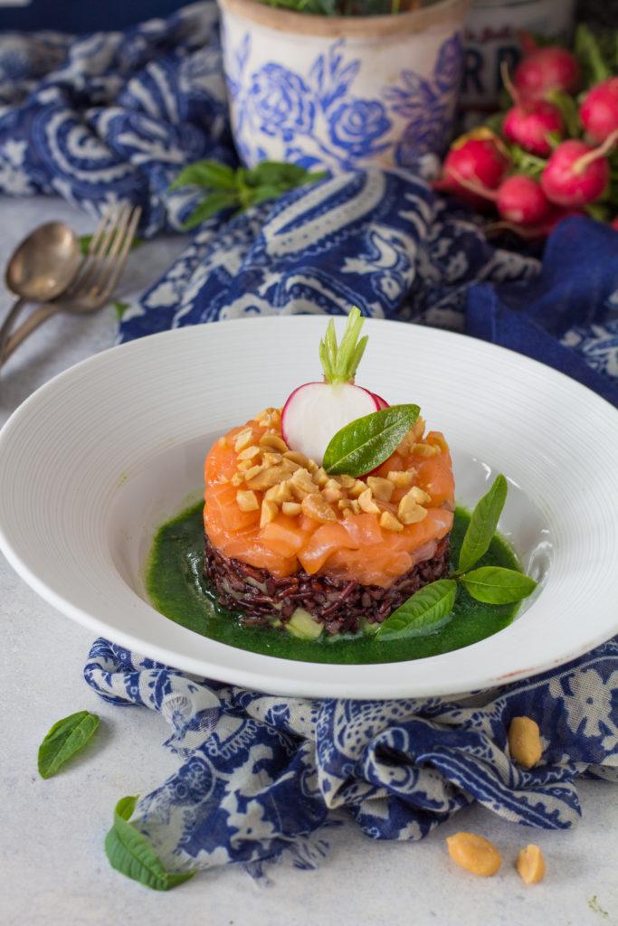 Tartare di salmone norvegese con riso venere e rucola liquida seafood from norway